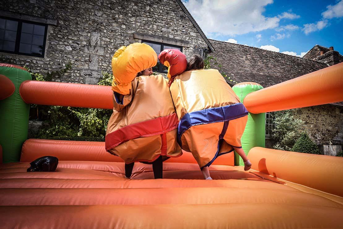 Combat de sumo avec déguisement pour activité de cohésion d'équipe