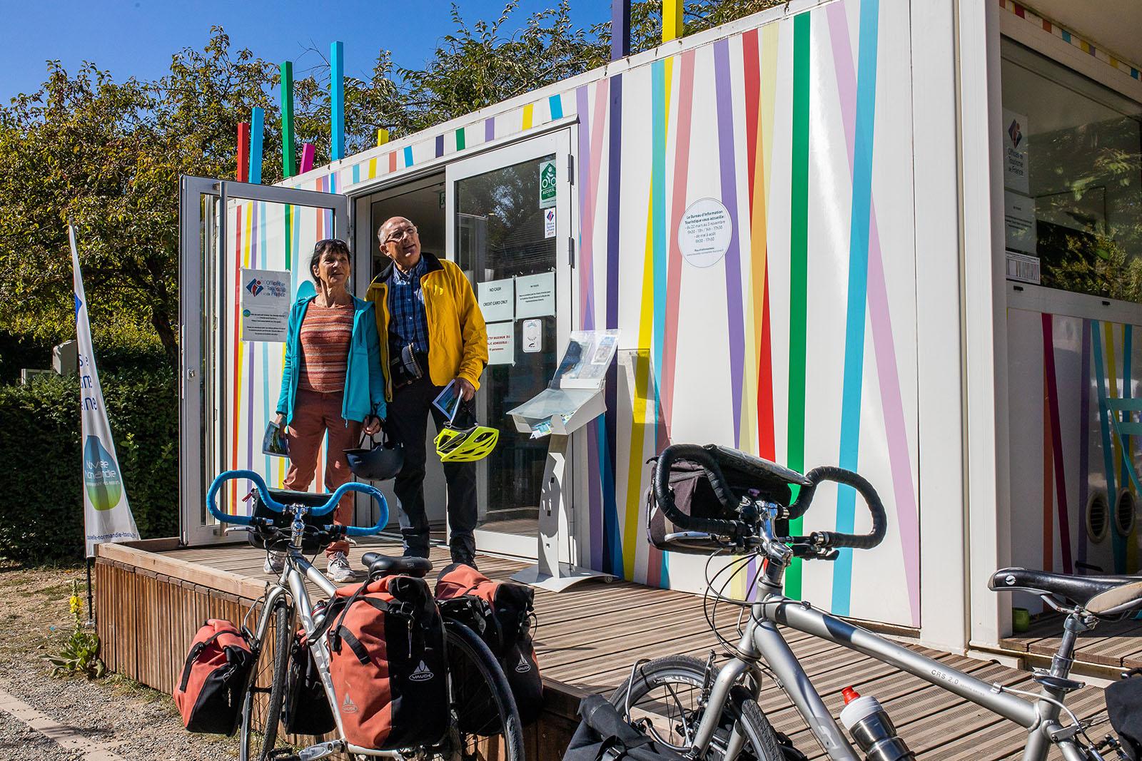 Touristes devant le Bureau d'Information Touristique de Giverny ©Flick'R-CD27